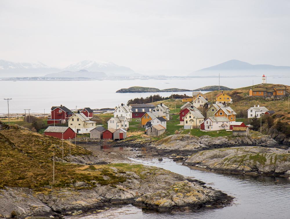 Øya Ona på Romsdalskysten er stedet i Norge du kan se flest stortopper fra bilvei. Tilsammen sju av stortoppene på Sunnmøre og i Romsdal kan sees fra blant annet lengst sør på øya.